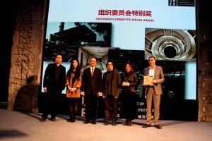 深圳市市长许勤为组织委员会特别奖获奖单位颁奖